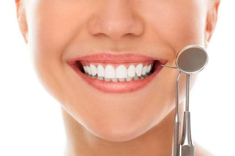 Mujer sonriendo con implantes dentales de zirconio
