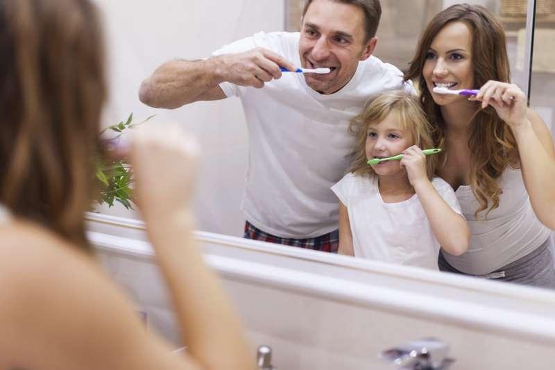 Familia depillándose los dientes para evitar el sarro dental