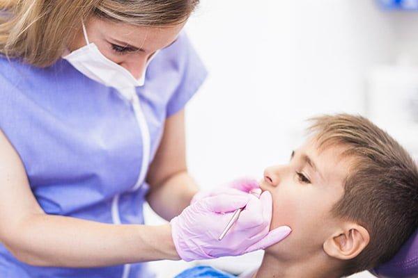 Niño acude a su clínica dental en Valencia para empaste un diente